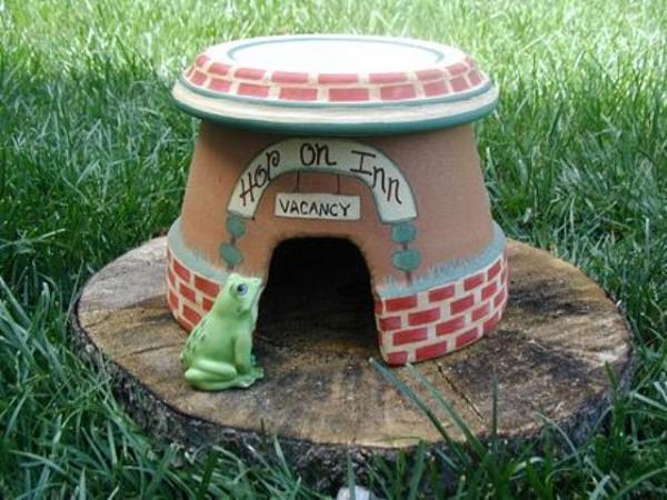 broken pot frog house
