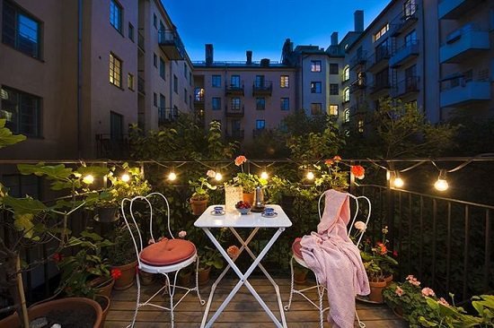 How to Create a Romantic Balcony Garden